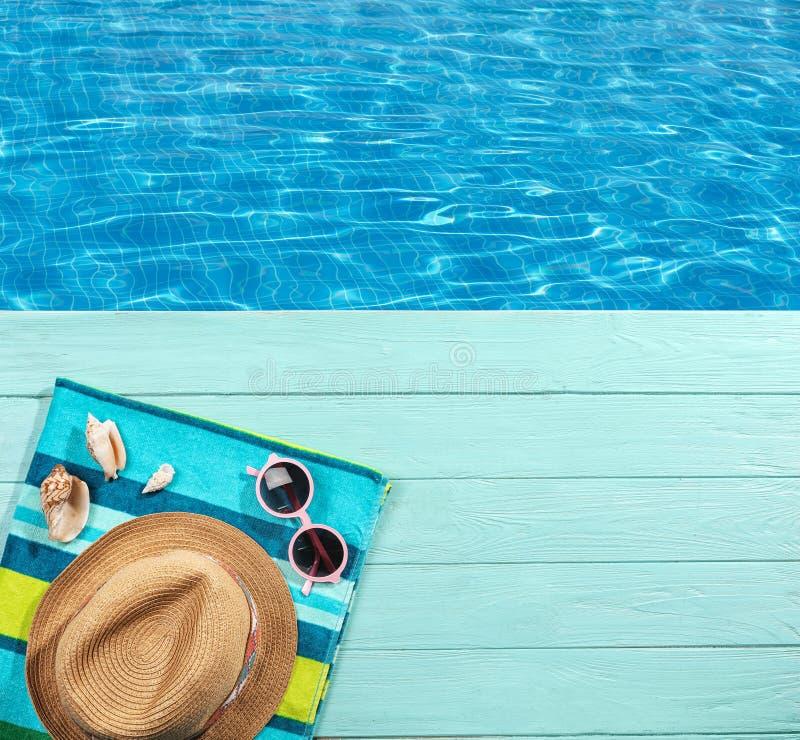 在游泳池的清楚的水 免版税库存图片