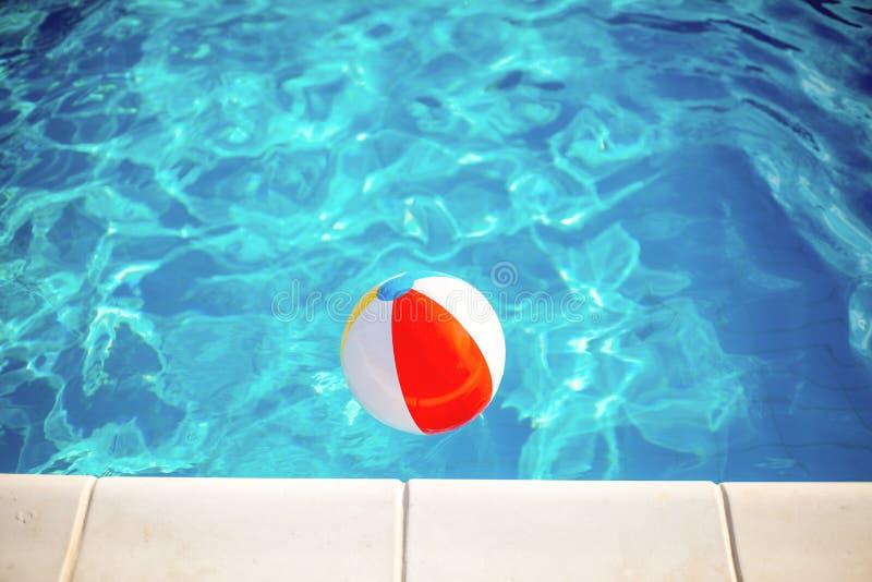 在游泳池的球 库存图片