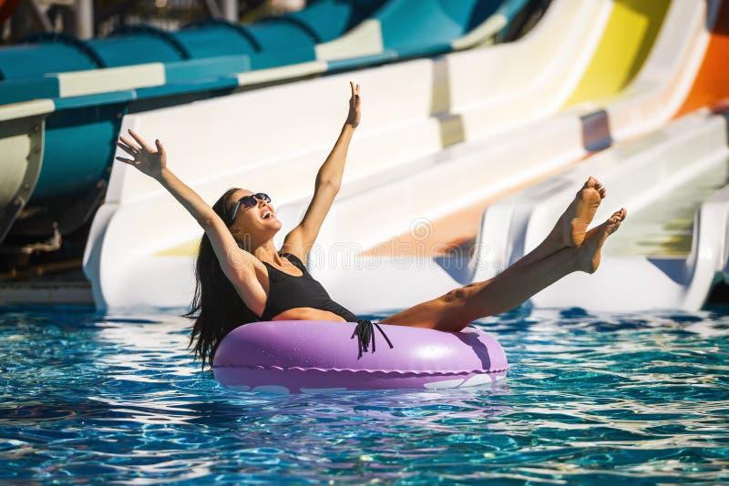 在游泳池的秀丽式样享用的太阳 库存图片