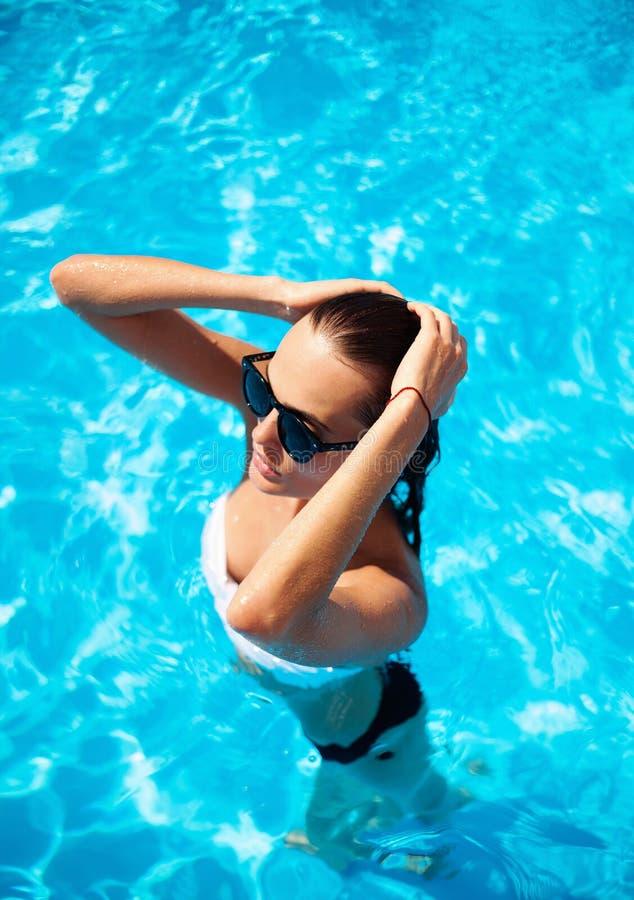 在游泳池的美好的模型 免版税库存图片