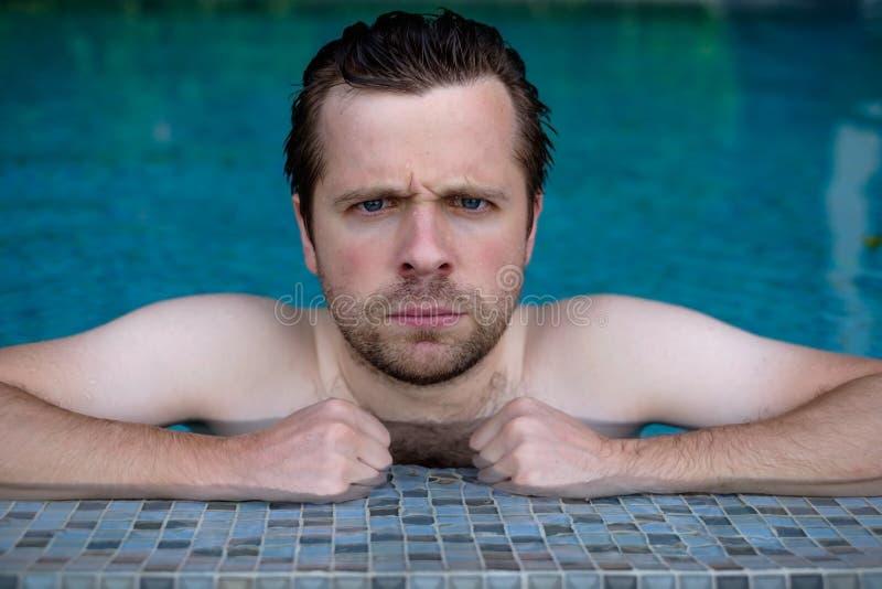 在游泳池的脾气坏的人休息 免版税库存图片