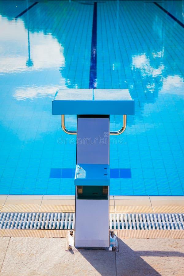 在游泳池的边缘的出发台 库存图片
