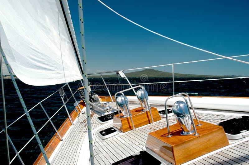 在游艇之下的豪华风帆 图库摄影