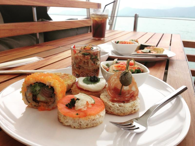 在游艇的快餐 免版税库存图片