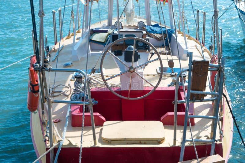 在游艇的方向盘 免版税库存照片