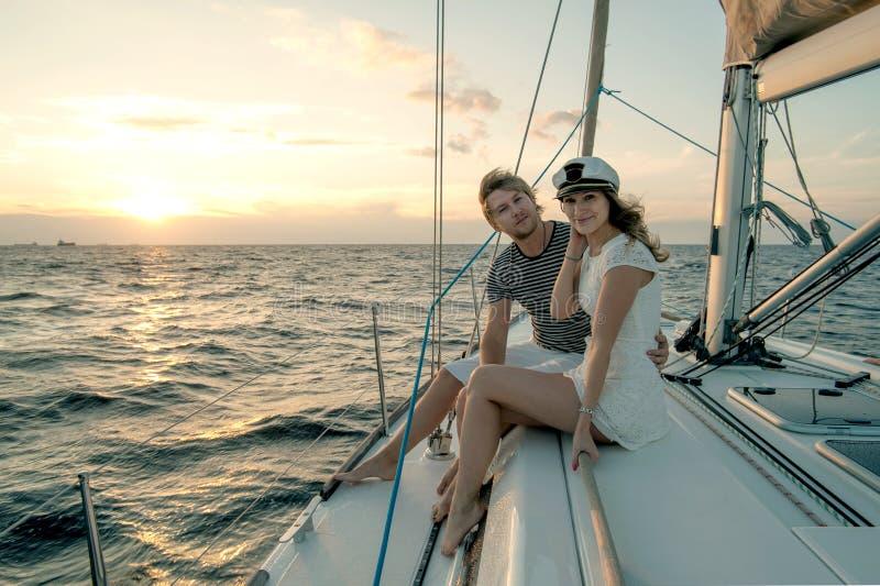 在游艇的浪漫提案场面 免版税图库摄影