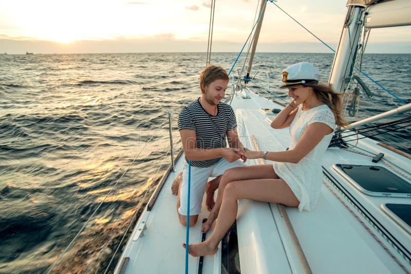 在游艇的浪漫提案场面 库存照片