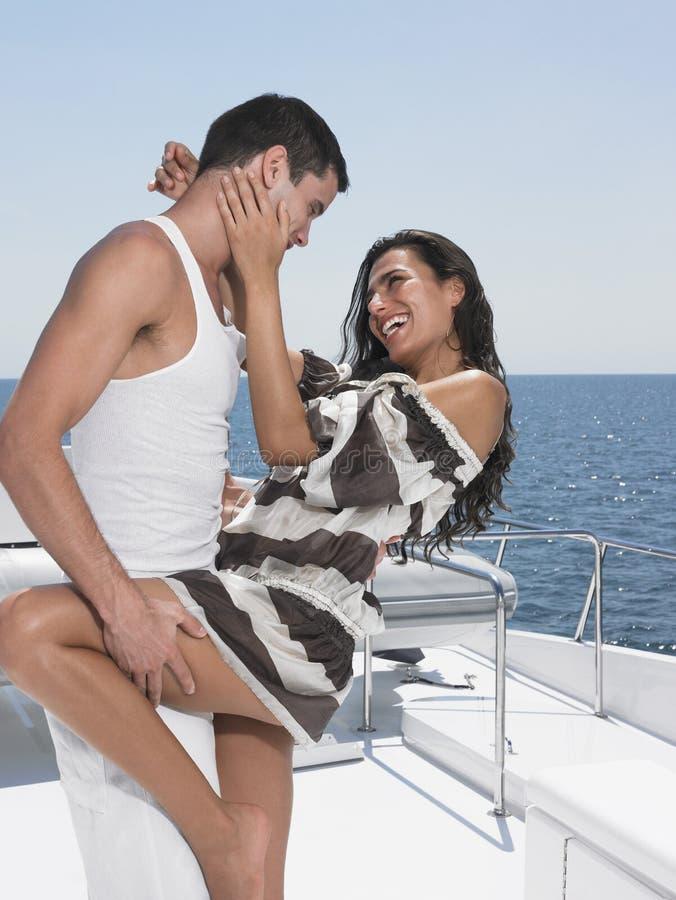 在游艇的浪漫年轻夫妇跳舞 库存照片