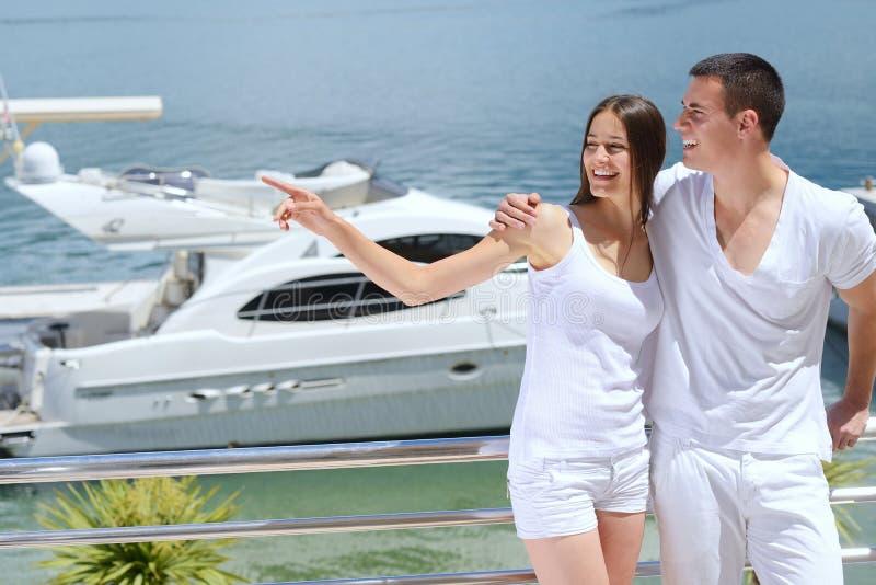 在游艇的年轻夫妇 图库摄影