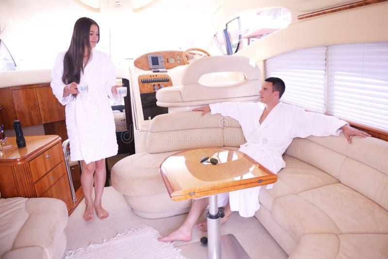 在游艇的年轻夫妇 免版税库存图片