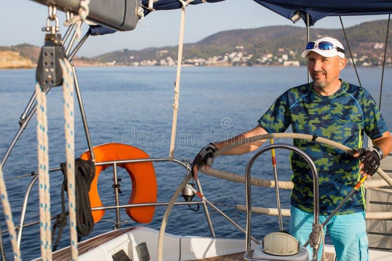在游艇赛艇的期间,供以人员船长 免版税图库摄影