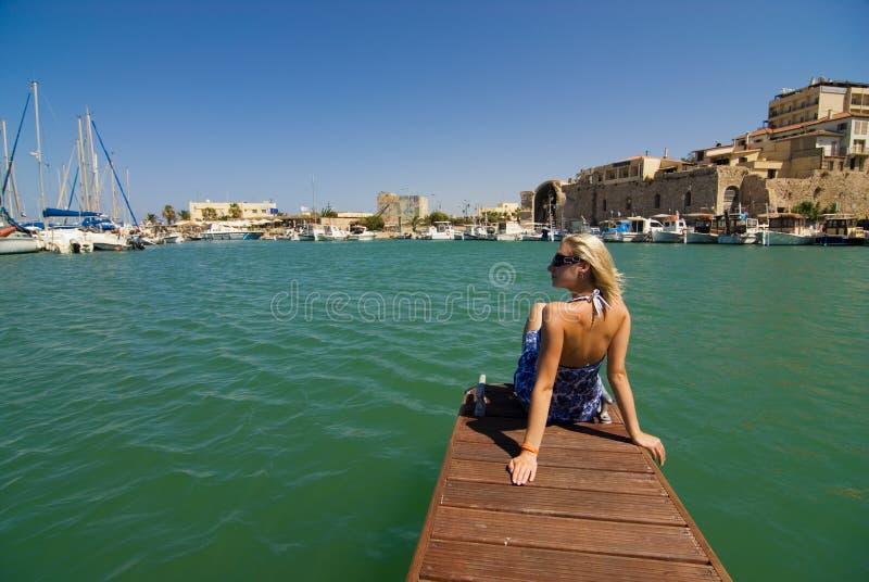 在游艇附近的女孩 免版税库存图片