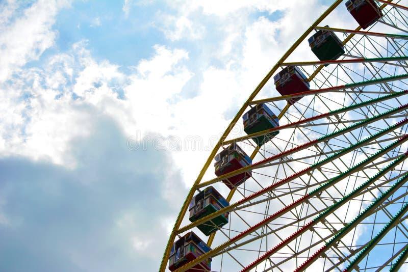 在游艺集市的大弗累斯大转轮作为'德国美国友谊一部分节日在蓝色晴朗的天空前面的海得尔堡与云彩 库存照片