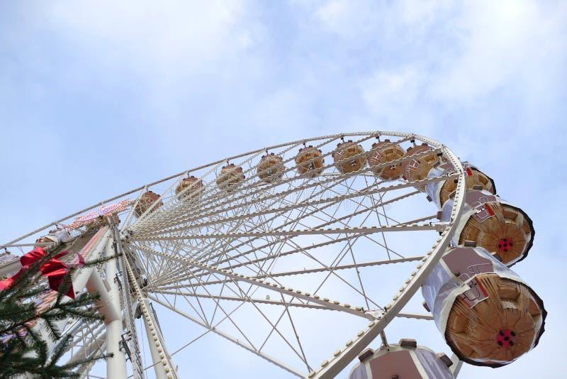在游艺集市的弗累斯大转轮反对蓝天 库存照片