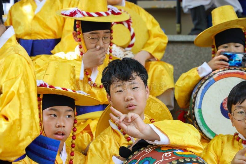 在游行前的年轻韩国男孩 免版税库存图片