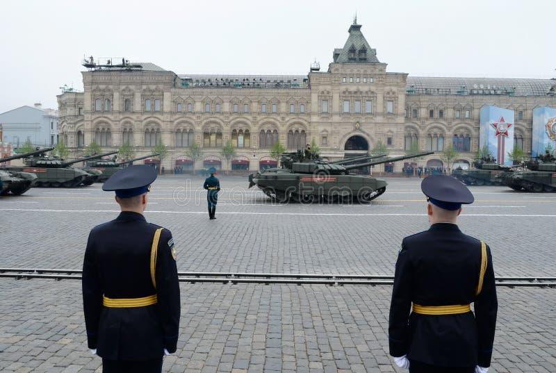 在游行的俄国主战坦克T-72B3以纪念在莫斯科红场的胜利天  免版税库存照片