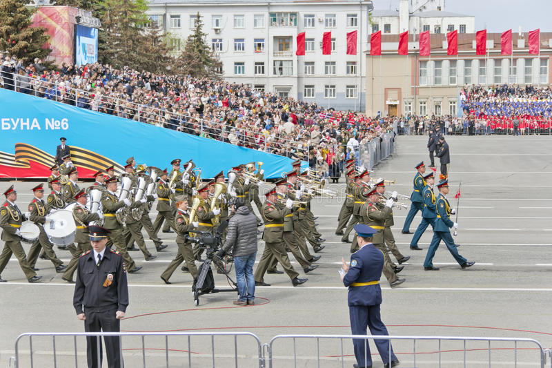 在游行的俄国军事乐队行军在每年胜利 图库摄影