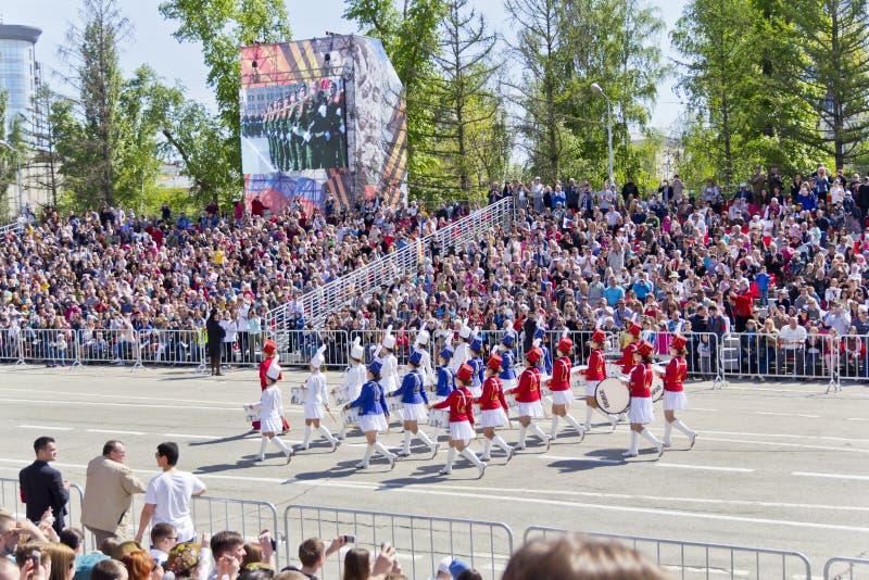 在游行的俄国军事妇女乐队行军在每年V 库存照片