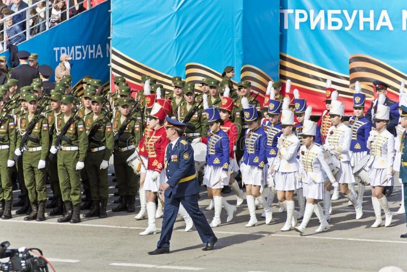 在游行的俄国军事妇女乐队行军在每年V 免版税库存照片
