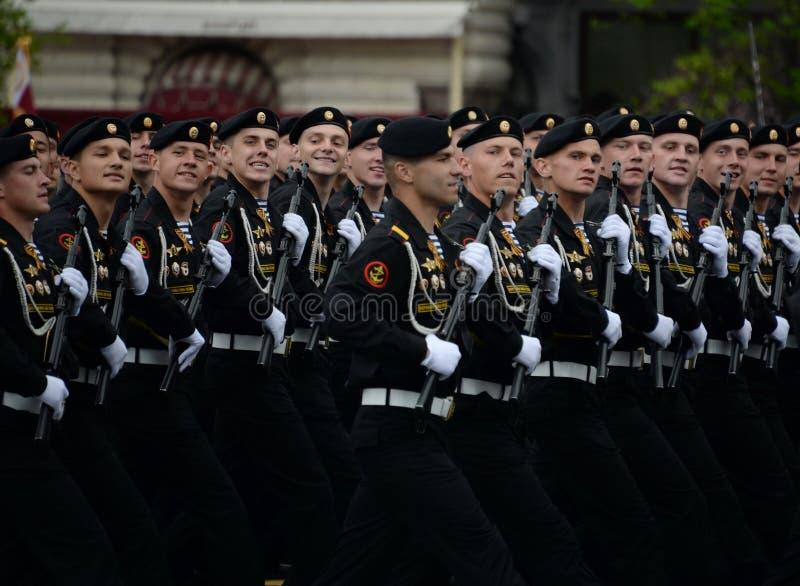 在游行的彩排期间在红场的海军陆战队员336th守卫波儿地克的舰队的Bialystok旅团 免版税图库摄影