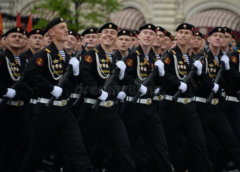 在游行的彩排期间在红场的海军陆战队员336th守卫波儿地克的舰队的Bialystok旅团 免版税库存图片