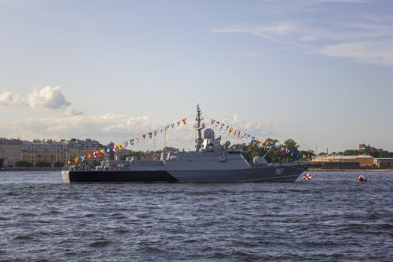 在游行的现代俄国军舰在圣彼德堡在涅瓦河 免版税图库摄影
