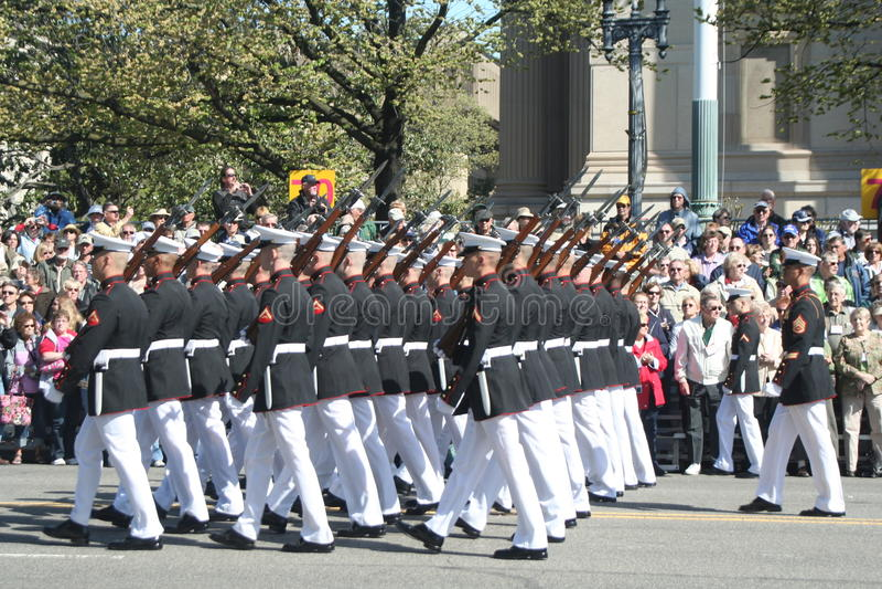 在游行的美国海军陆战队 免版税库存图片