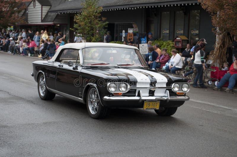 在游行的经典汽车 免版税库存照片