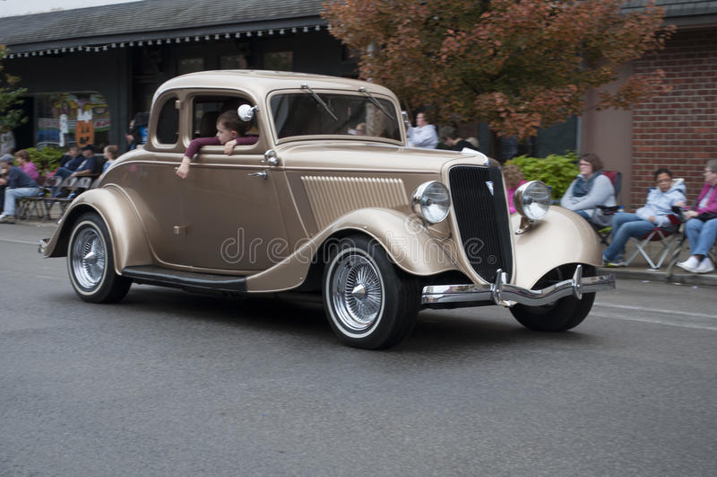 在游行的经典汽车 免版税库存图片
