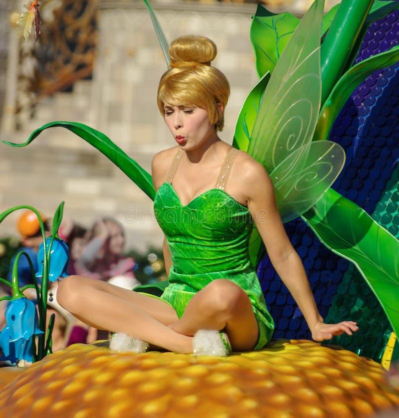 在游行的Tinkerbell在华特・迪士尼世界 免版税库存照片