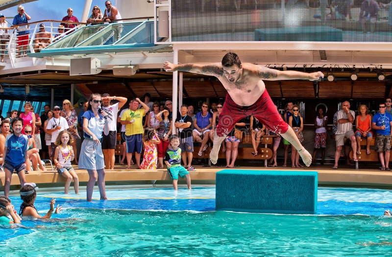 在游轮的胸腹先着水的跳水竞争 免版税库存照片