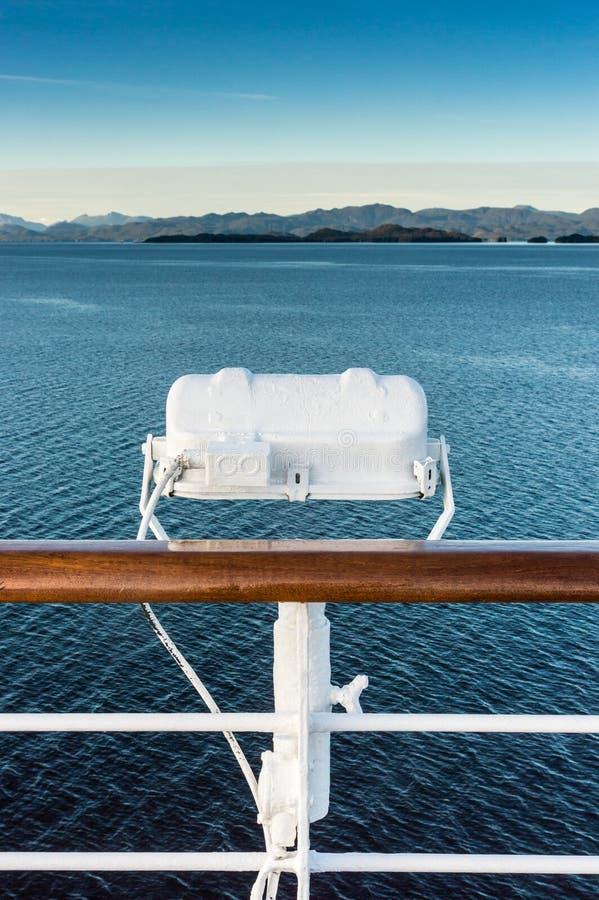 在游轮,在段落路线里面的阿拉斯加栏杆的白合金外部灯具  免版税库存照片