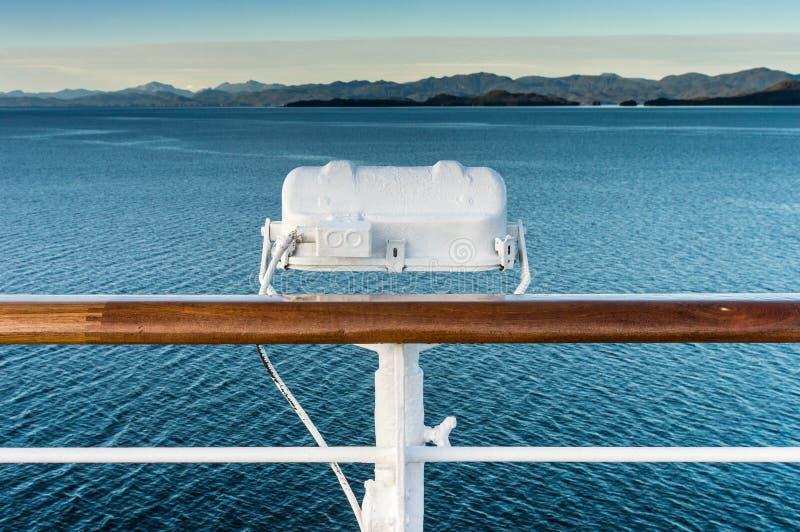 在游轮,在段落路线里面的阿拉斯加栏杆的白合金外部灯具  免版税库存图片