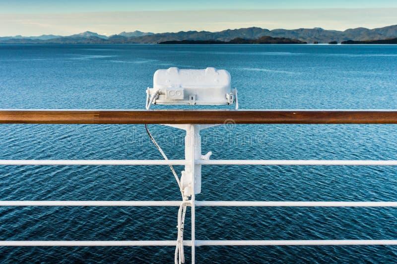 在游轮,在段落路线里面的阿拉斯加栏杆的白合金外部灯具  免版税图库摄影