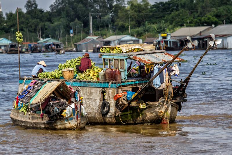 在湄公河三角洲的浮动市场在越南 免版税库存图片