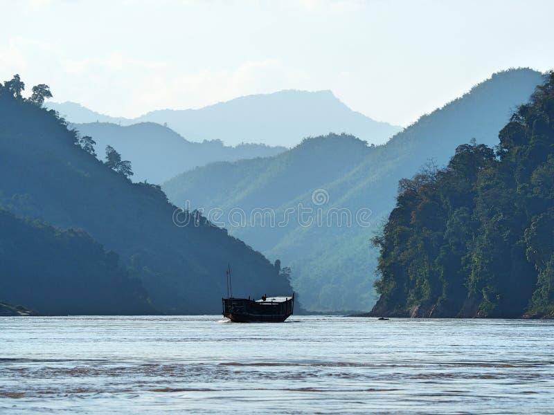 在湄公河的偏僻的小船在老挝 免版税图库摄影