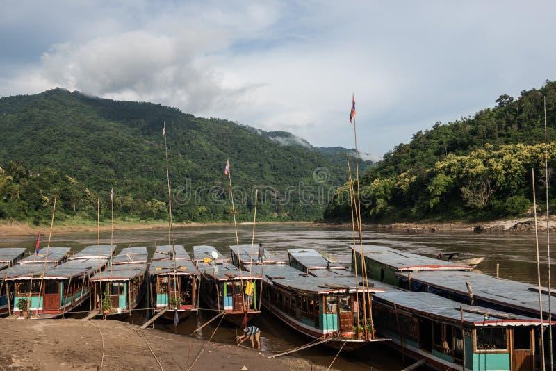 在湄公河的居住船 免版税库存照片