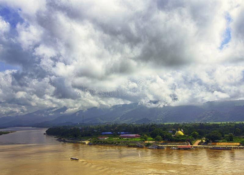 在湄公河,清莱府,泰国的金黄三角 与领域线的抽象风景,草,树 免版税库存照片