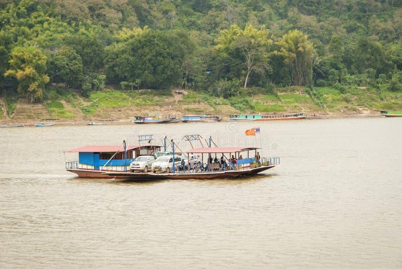 在湄公河,老挝的轮渡木筏中转车 库存图片