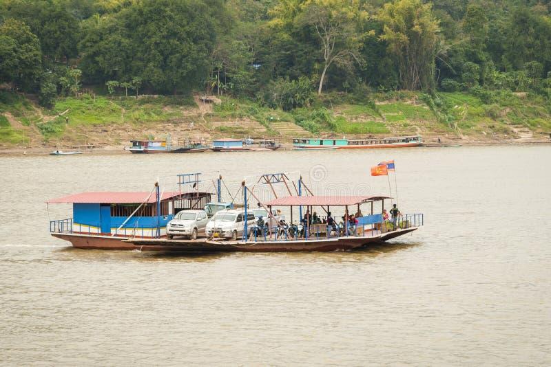 在湄公河,老挝的轮渡木筏中转车 库存照片