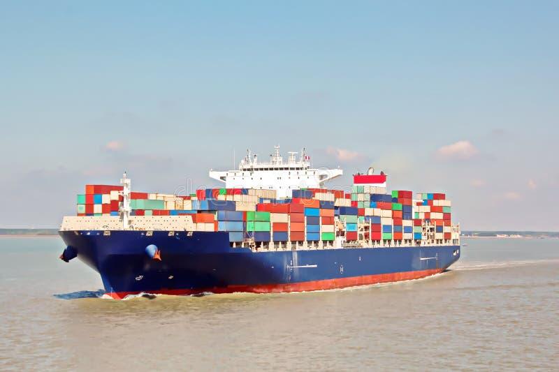 在湄公河,西贡的集装箱码头和集装箱船口岸,越南 码头和起重机的看法在日出 免版税库存图片