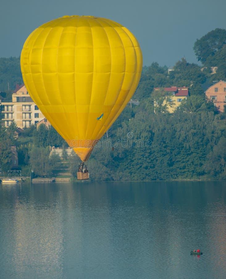 在湖上的气球 免版税库存图片