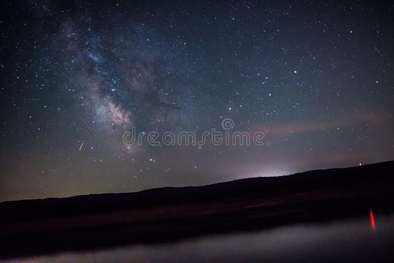 在湖上的银河 免版税库存照片
