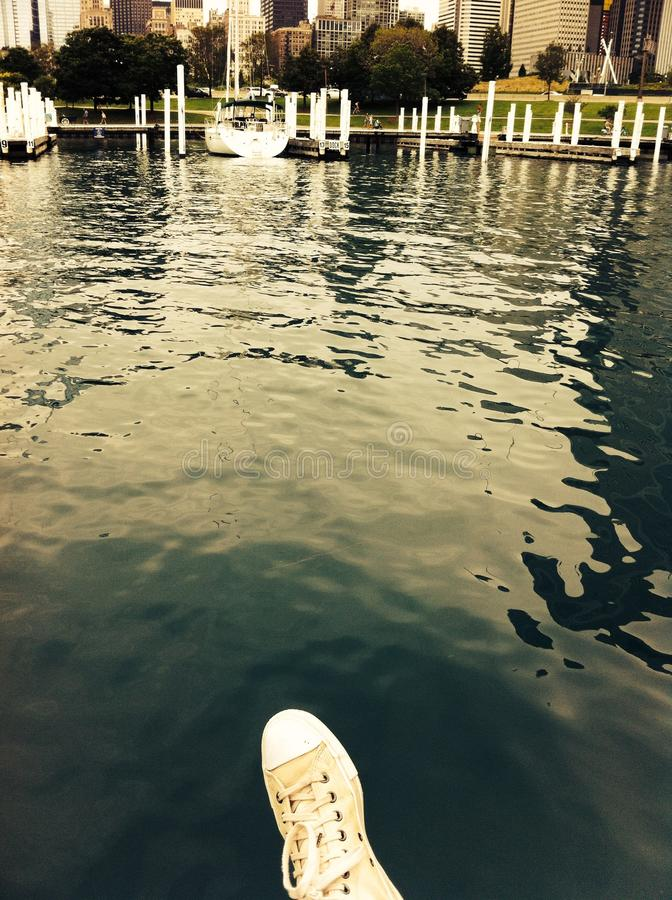 在湖上的鞋子 免版税库存照片