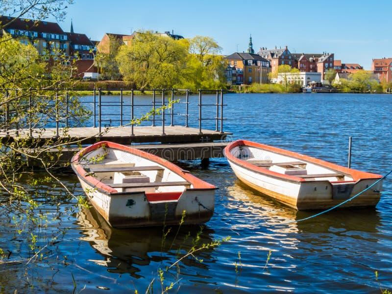 在湖停泊的两艘老划艇 免版税库存照片