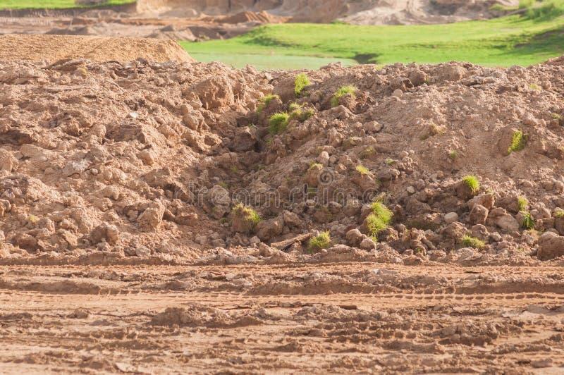 在湖前面的开辟旷野高尔夫球场项目的 免版税库存照片