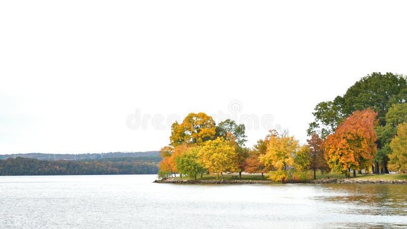 在湖前面的秋天颜色 库存图片