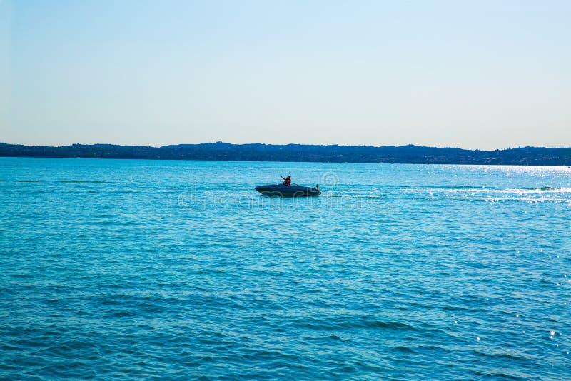 在湖加尔达,西尔苗内,意大利的一点小船 免版税库存图片