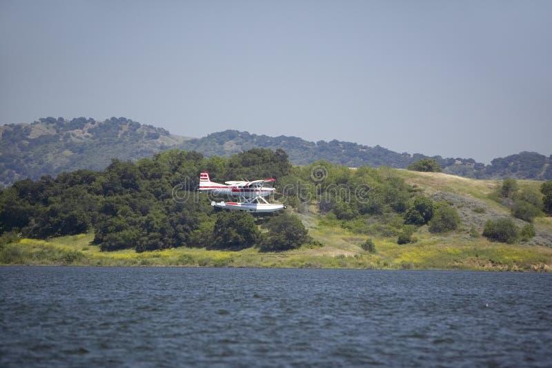 在湖卡西塔斯, Ojai,加利福尼亚的两栖水上飞机着陆 免版税库存图片