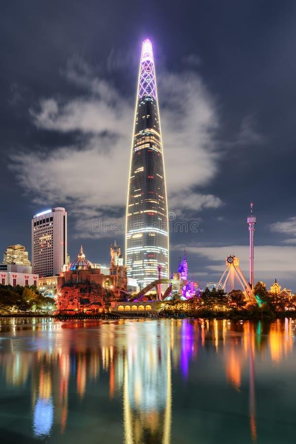 在湖反映的摩天大楼风景夜视图,汉城 库存图片